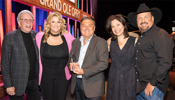 ac6f3257ca5d6 Pictured below are (from l-r)  Kingsley  country star Trisha Yearwood   Helton  the Grand Old Opry s Sally Williams  and country legend Garth Brooks .